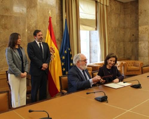Ministri de Agricultura, Miguel Arias Cañente, y la Consejera de Fomento, Marta García de la Calzada.